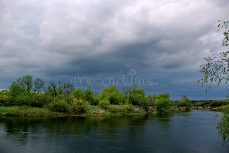 Νεφελώδης ημέρα στον ποταμό στοκ φωτογραφία με δικαίωμα ελεύθερης χρήσης