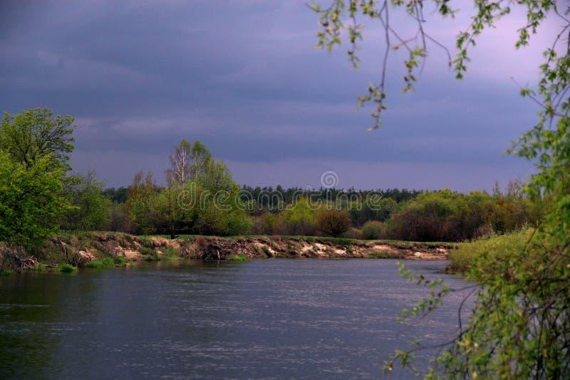 Νεφελώδης ημέρα στον ποταμό στοκ φωτογραφίες