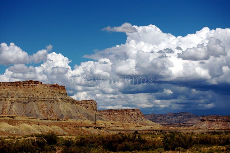 νεφελώδης ουρανός βράχο&up στοκ εικόνες