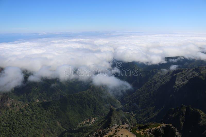 Νεφελώδης ουρανός, θέα βουνού στοκ εικόνες