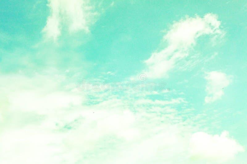 Νεφελώδης ουρανός κρητιδογραφιών στοκ φωτογραφίες