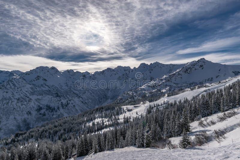 Νεφελώδης ουρανός πέρα από τα βουνά στοκ εικόνες με δικαίωμα ελεύθερης χρήσης