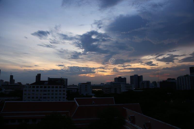 Νεφελώδης ουρανός στη μεγάλη πόλη με πολύ υψηλό σύγχρονο κτήριο στοκ εικόνες