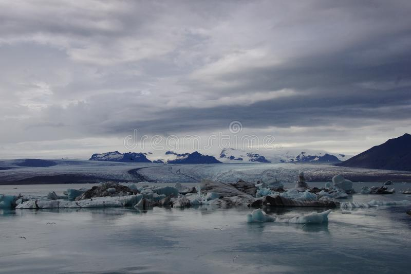 Νεφελώδης παγετώνας παγόβουνων της Ισλανδίας Jokulsarlon στοκ φωτογραφία με δικαίωμα ελεύθερης χρήσης