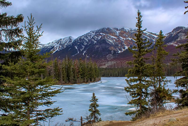 Νεφελώδη βουνά και παγωμένος ποταμός στοκ εικόνες με δικαίωμα ελεύθερης χρήσης