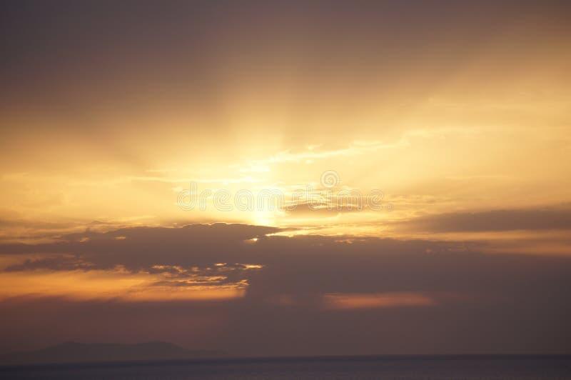 Νεφελώδεις ακτίνες ηλιοβασιλέματος στοκ φωτογραφία