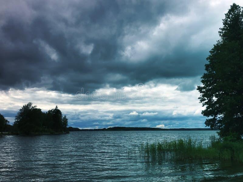 Νεφελώδες απόγευμα στη λίμνη σε Sastamala στοκ φωτογραφία με δικαίωμα ελεύθερης χρήσης