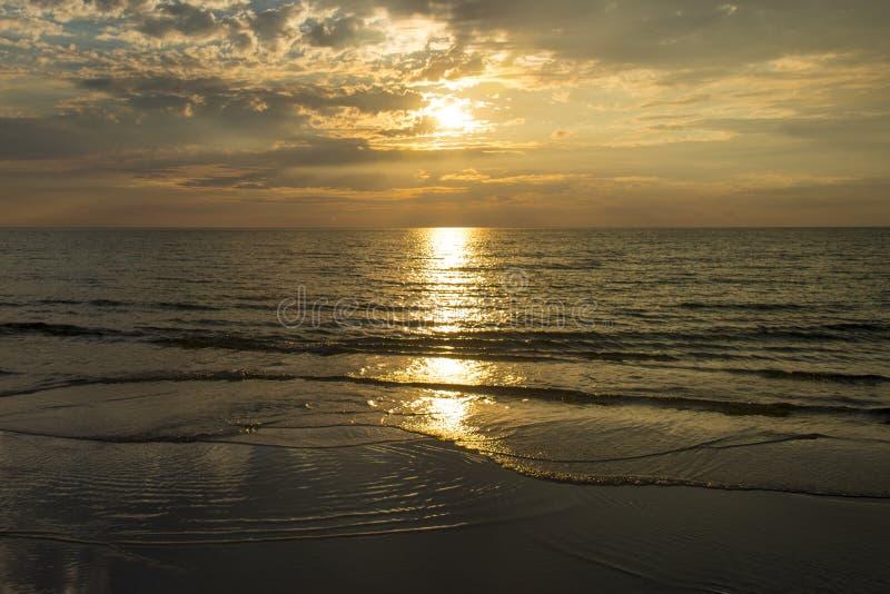 Νεφελώδες ηλιοβασίλεμα πέρα από τον ωκεανό στοκ φωτογραφία με δικαίωμα ελεύθερης χρήσης