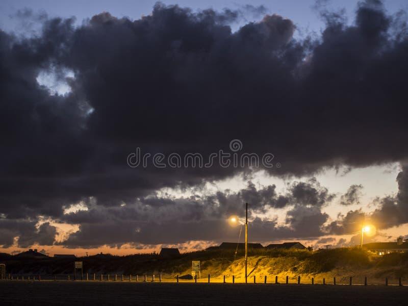 Νεφελώδες ηλιοβασίλεμα πέρα από τους αμμόλοφους άμμου στοκ φωτογραφίες