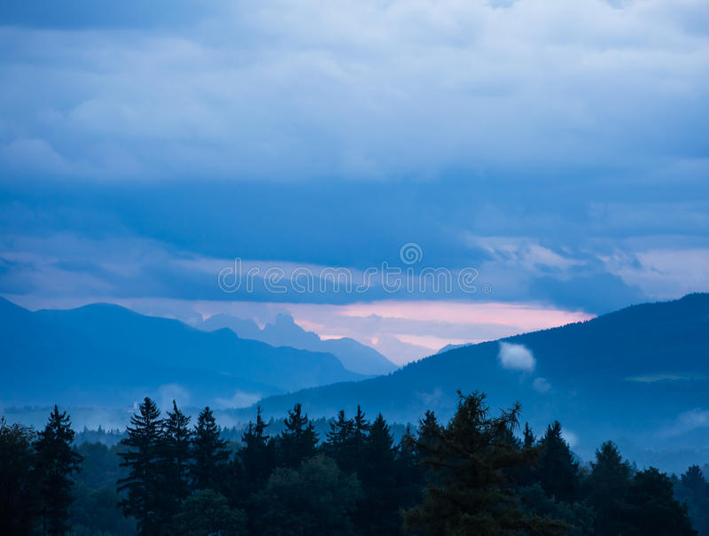Νεφελώδες λοφώδες landscpe στοκ φωτογραφία με δικαίωμα ελεύθερης χρήσης