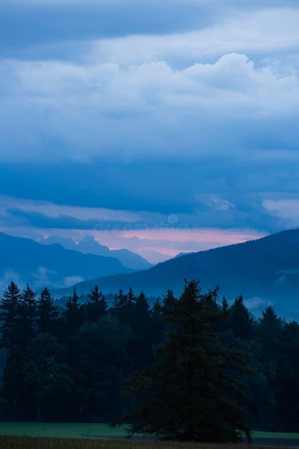Νεφελώδες λοφώδες landscpe στοκ εικόνες