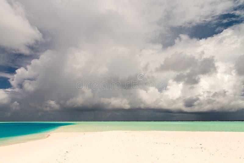 Νεφελώδης μπλε ουρανός πέρα από τα τροπικά νερά Έννοια διακοπών στοκ εικόνες