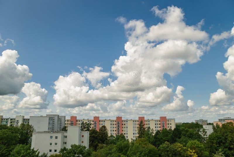 Νεφελώδης ουρανός στο Μόναχο - Neuperlach στοκ εικόνα