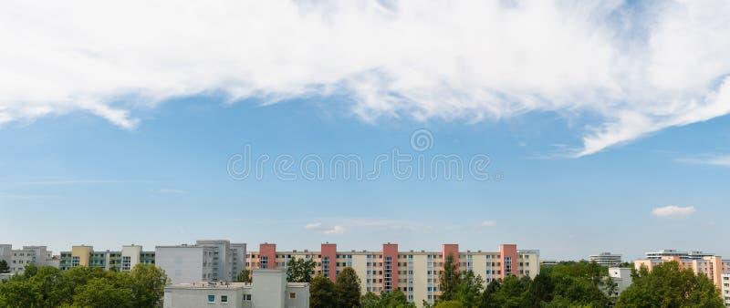 Νεφελώδης ουρανός στο πανόραμα του Μόναχου - Neuperlach στοκ φωτογραφία