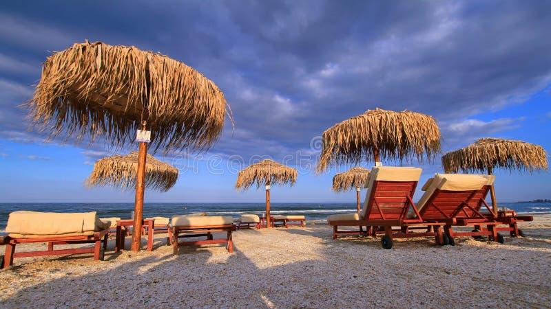 Νεφελώδης παραλία στο σούρουπο στοκ εικόνα