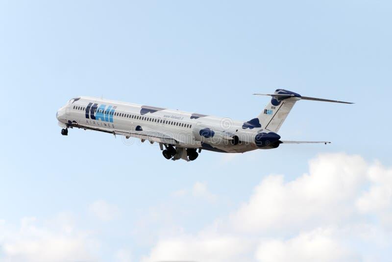 Νεφελώδη MD-82 στοκ φωτογραφία