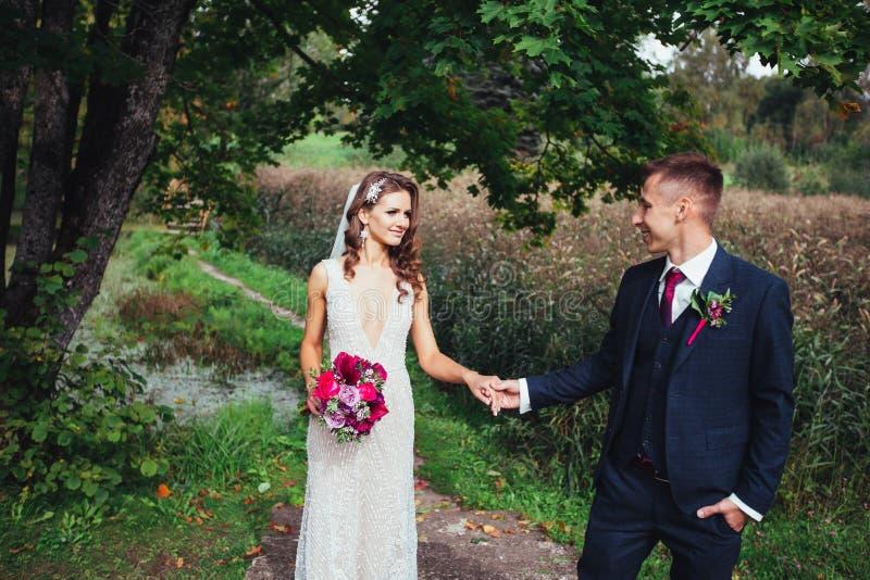 Νεόνυμφος και νύφη από κοινού γάμος δεσμών κοσμήματος κρυστάλλου λαιμοδετών ζευγών στοκ φωτογραφία με δικαίωμα ελεύθερης χρήσης