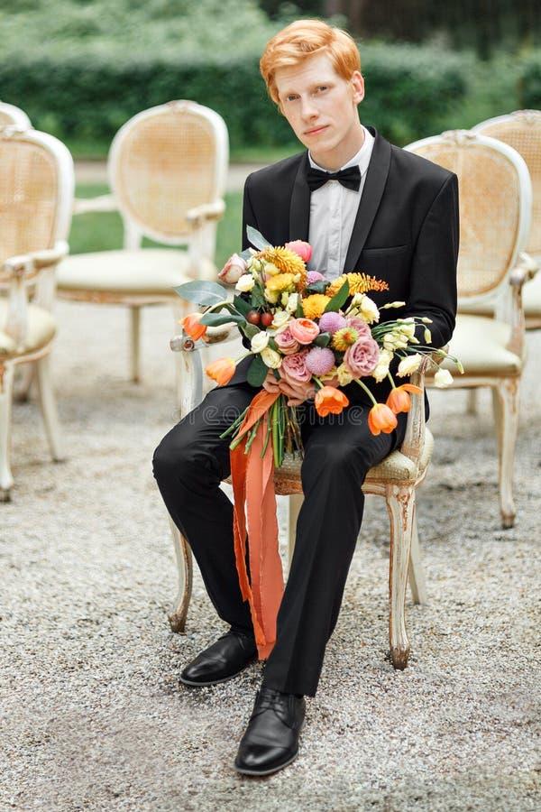 Νεόνυμφος με τα λουλούδια στοκ φωτογραφία με δικαίωμα ελεύθερης χρήσης