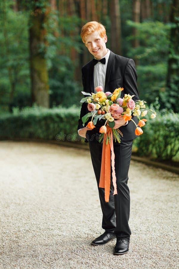 Νεόνυμφος με τα λουλούδια στοκ εικόνα