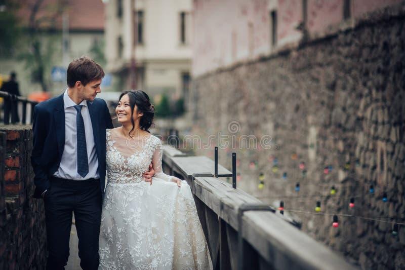 Νεόνυμφος με την τοποθέτηση νυφών στη ημέρα γάμου στοκ φωτογραφία με δικαίωμα ελεύθερης χρήσης