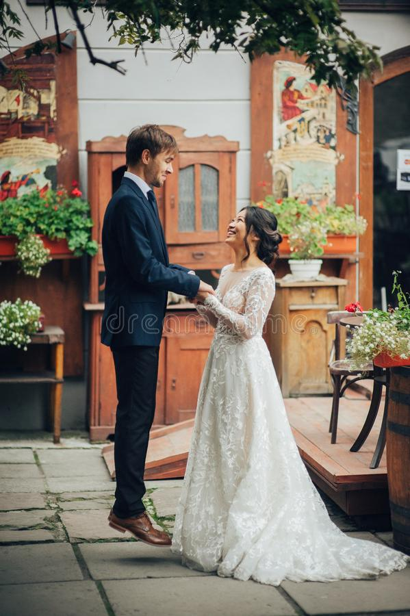 Νεόνυμφος με την τοποθέτηση νυφών στη ημέρα γάμου στοκ εικόνα