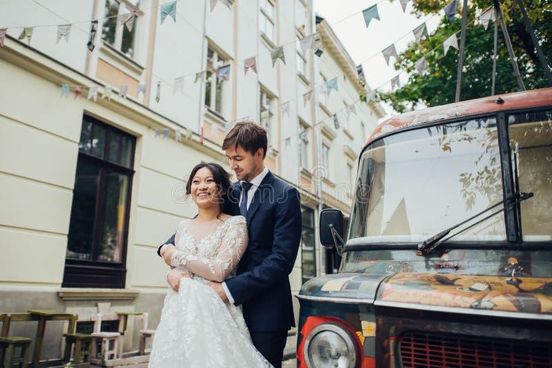 Νεόνυμφος με την τοποθέτηση νυφών στη ημέρα γάμου στοκ φωτογραφίες