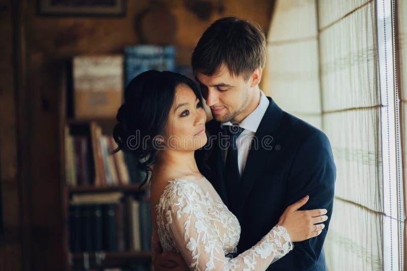 Νεόνυμφος με την τοποθέτηση νυφών στη ημέρα γάμου στοκ φωτογραφία