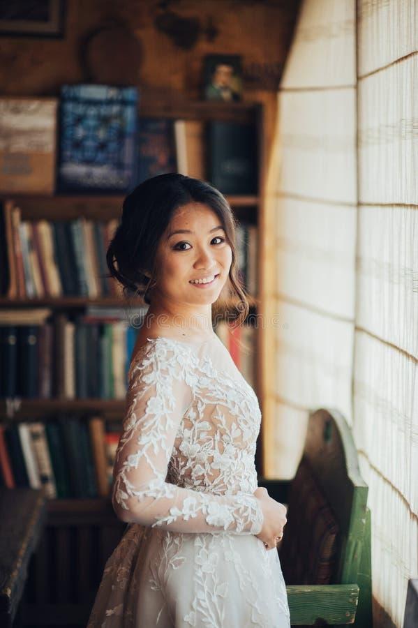 Νεόνυμφος με την τοποθέτηση νυφών στη ημέρα γάμου στοκ εικόνα με δικαίωμα ελεύθερης χρήσης