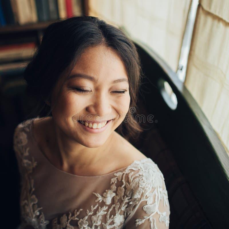 Νεόνυμφος με την τοποθέτηση νυφών στη ημέρα γάμου στοκ φωτογραφίες με δικαίωμα ελεύθερης χρήσης