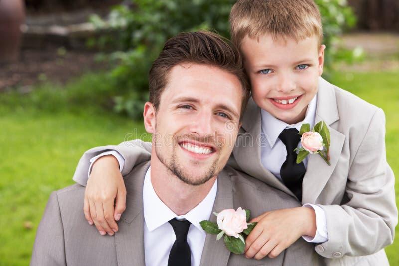 Νεόνυμφος με το αγόρι σελίδων στο γάμο στοκ εικόνες