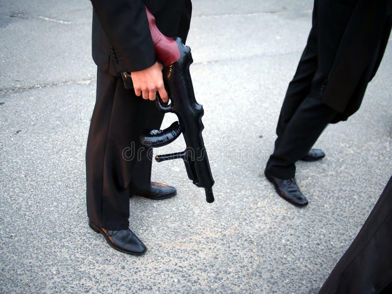 Νεόνυμφος με το πλαστικό πυροβόλο όπλο στοκ φωτογραφίες