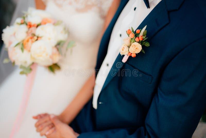 Νεόνυμφος μπουτονιέρων γαμήλιων λουλουδιών στοκ εικόνες