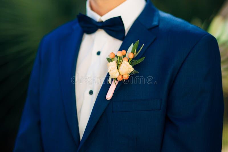Νεόνυμφος μπουτονιέρων γαμήλιων λουλουδιών στοκ φωτογραφίες
