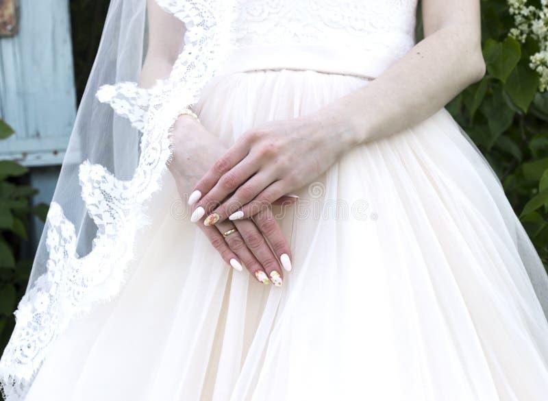 Νεόνυμφος στο γαμήλιο φόρεμα κοστουμιών και νυφών στοκ φωτογραφία