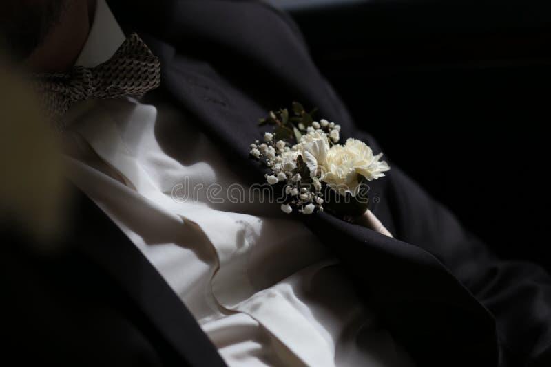 Νεόνυμφων άσπρα πουκάμισων εξαρτήματα λουλουδιών πεταλούδων κοστουμιών μαύρα στοκ φωτογραφίες