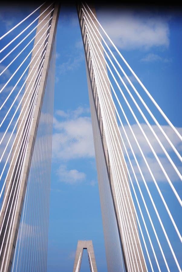 Νεώτερη γέφυρα αρθούρου Ravenel, AKA/η γέφυρα ποταμών βαρελοποιών στο Sc του Τσάρλεστον που λαμβάνεται από στη βάρκα γύρου Γέφυρα στοκ φωτογραφία