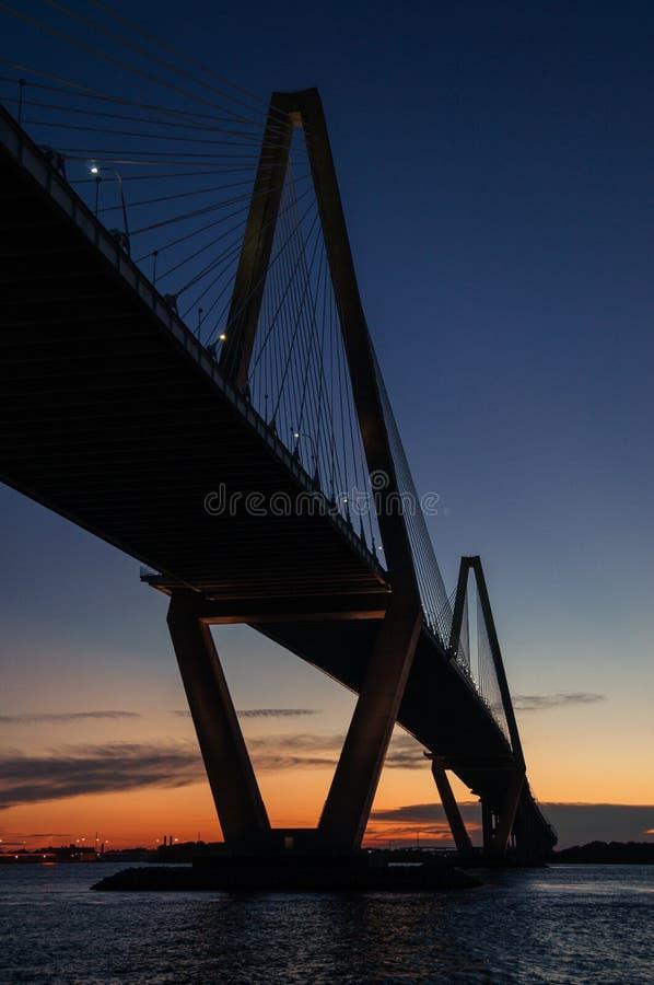 Νεώτερη γέφυρα αρθούρου Ravenel, AKA/η γέφυρα ποταμών βαρελοποιών στο Sc του Τσάρλεστον που λαμβάνεται από στη βάρκα γύρου Γέφυρα στοκ εικόνες