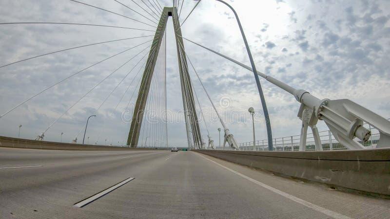 Νεώτερη γέφυρα αρθούρου Ravenel, AKA/η γέφυρα ποταμών βαρελοποιών στο Sc του Τσάρλεστον που λαμβάνεται από στη βάρκα γύρου Η γέφυ στοκ εικόνες με δικαίωμα ελεύθερης χρήσης