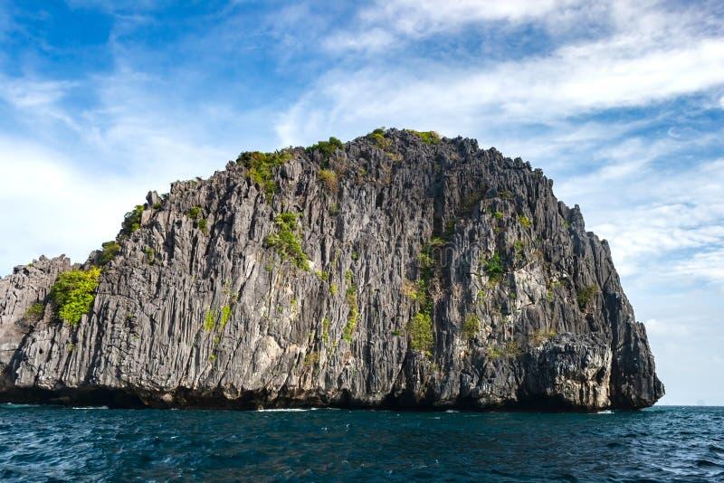 Νησί απότομων βράχων ασβεστόλιθων από το νησί Miniloc, περιοχή nido EL Palawan στις Φιλιππίνες στοκ φωτογραφίες
