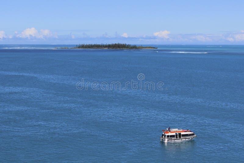 Νησί ερήμων και μια βάρκα, νοτιοειρηνική στοκ φωτογραφία με δικαίωμα ελεύθερης χρήσης