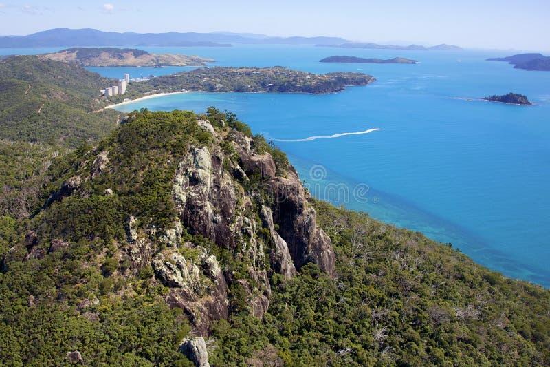 Νησί και βουνό που περιβάλλονται από τον ωκεανό στοκ εικόνα με δικαίωμα ελεύθερης χρήσης