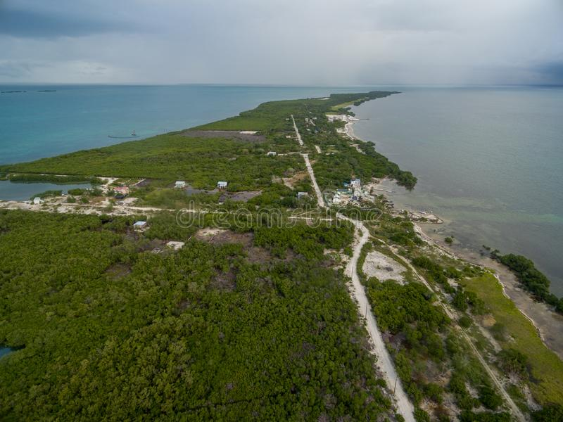 Νησί καλαφατών Caye στη Μπελίζ Νεφελώδης ουρανός πρωινού και καραϊβική θάλασσα στο υπόβαθρο στοκ φωτογραφία με δικαίωμα ελεύθερης χρήσης
