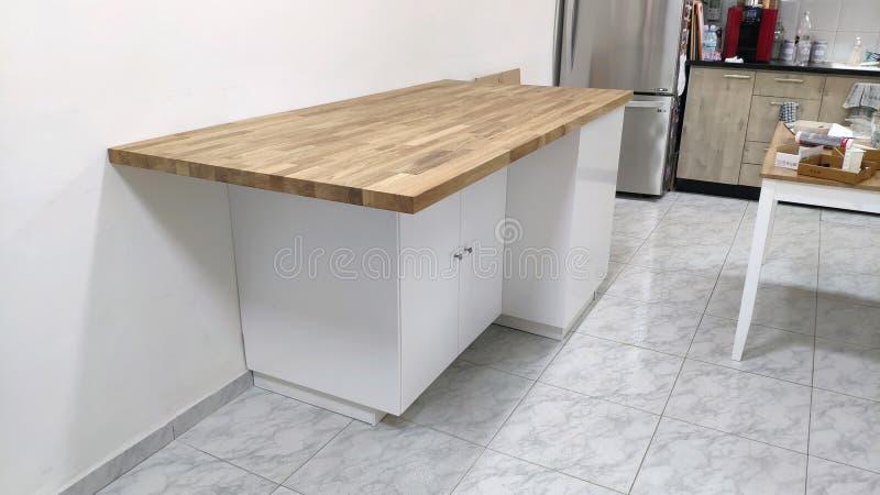 Νησί κουζινών με τα συρτάρια και το μεγάλο ντουλάπι στοκ εικόνες