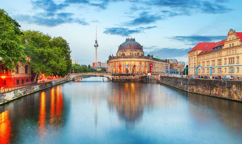 Νησί μουσείων στον ποταμό ξεφαντωμάτων και πύργος TV Alexanderplatz σε σεντ στοκ φωτογραφία