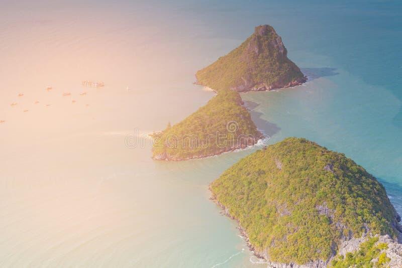Νησί πέρα από την μπλε ωκεάνια εναέρια άποψη στοκ φωτογραφία με δικαίωμα ελεύθερης χρήσης