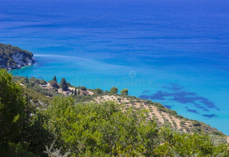 Νησί σε μια μπλε θάλασσα Διακοπές ονείρου στοκ φωτογραφία