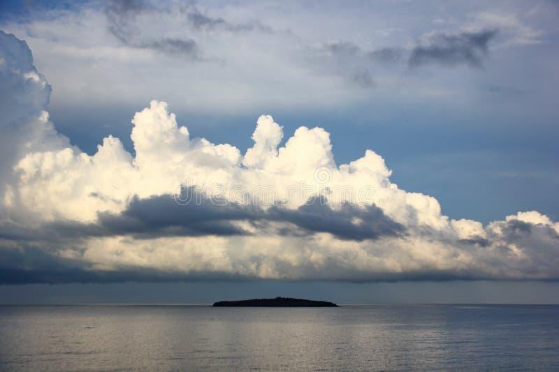 Νησί στη Μαύρη Θάλασσα πέρα από την οποία ο μαζευμένος σωρείτης καλύπτει στοκ εικόνες