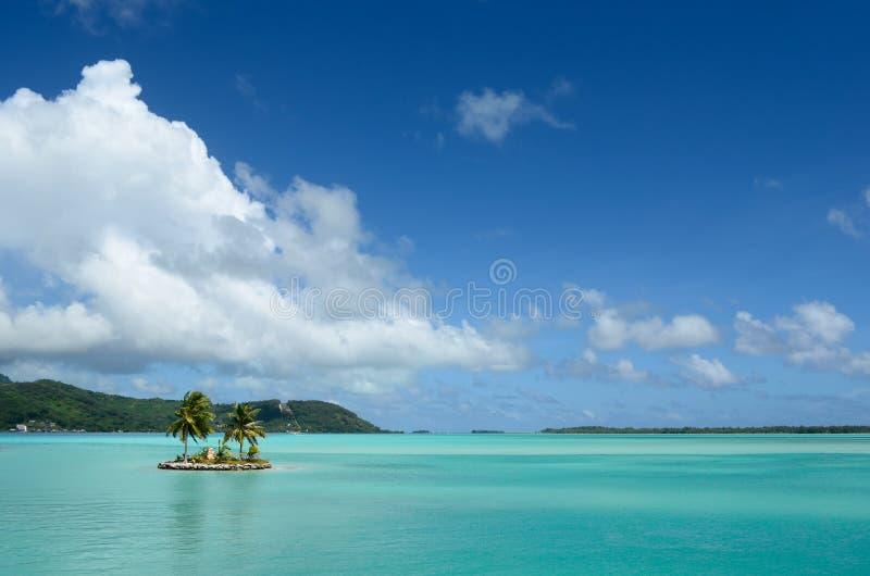 Νησί στη σαφή λιμνοθάλασσα Bora Bora στοκ φωτογραφίες με δικαίωμα ελεύθερης χρήσης