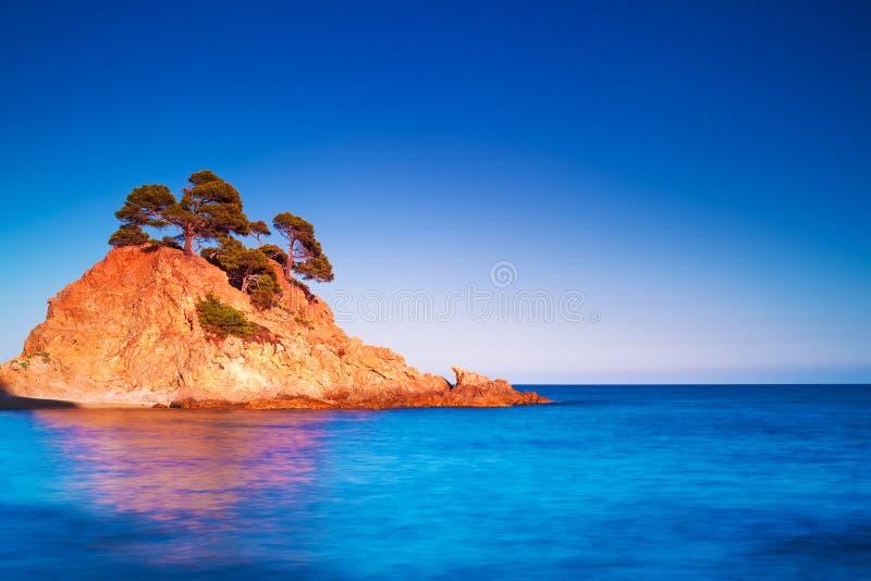 Νησί στο ηλιοβασίλεμα στοκ εικόνα με δικαίωμα ελεύθερης χρήσης