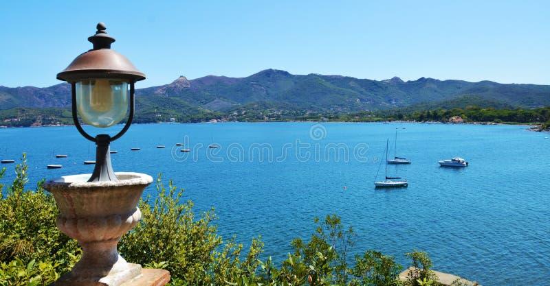 Νησί της Έλβας, λαμπτήρας σιδήρου, βάρκες, θάλασσα, πεζούλι στην Ιταλία, Ευρώπη στοκ εικόνες